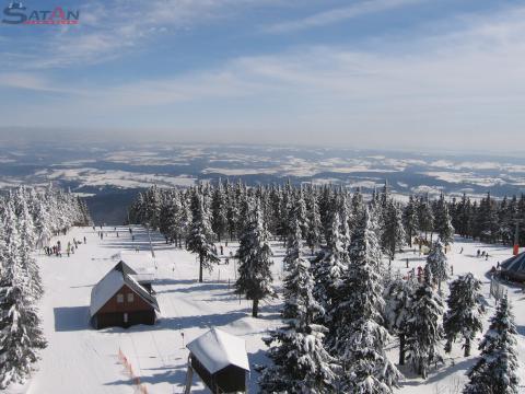 Zimní pohled z vrchní stanice lanovky na sjezdovky a vleky na Černé hoře